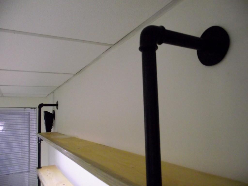 Горна част на водопроводна етажерка се състои от коляно, напречна тръба, шайба.