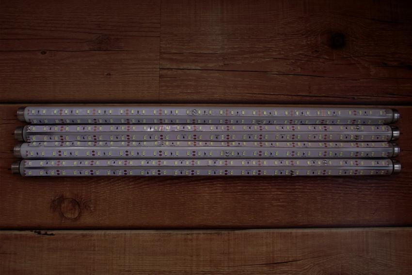 Монтирани свтодиодни ленти върху четирите луминисцентни пури.