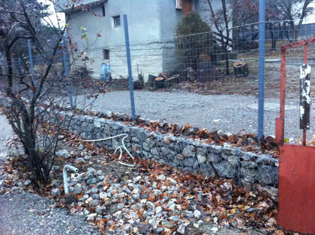Подпорна ограда с мрежа и габиони